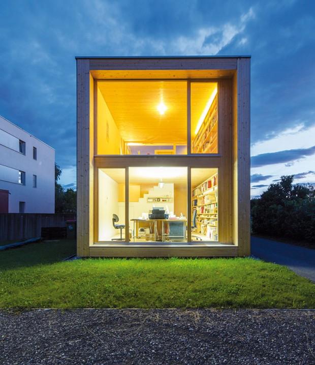 Dvě tváře jednoho domu. Na jednom konci domov mladé rodiny, na druhém grafické studio – oběma funkcím domu dopřál architekt náležitý prostor a co nejkrásnější výhled. FOTO JURI TROY