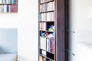 Za knihovnou se skrývá komora na uskladnění například nezbytností potřebných na úklid. FOTO ALEKSANDRA VAJD