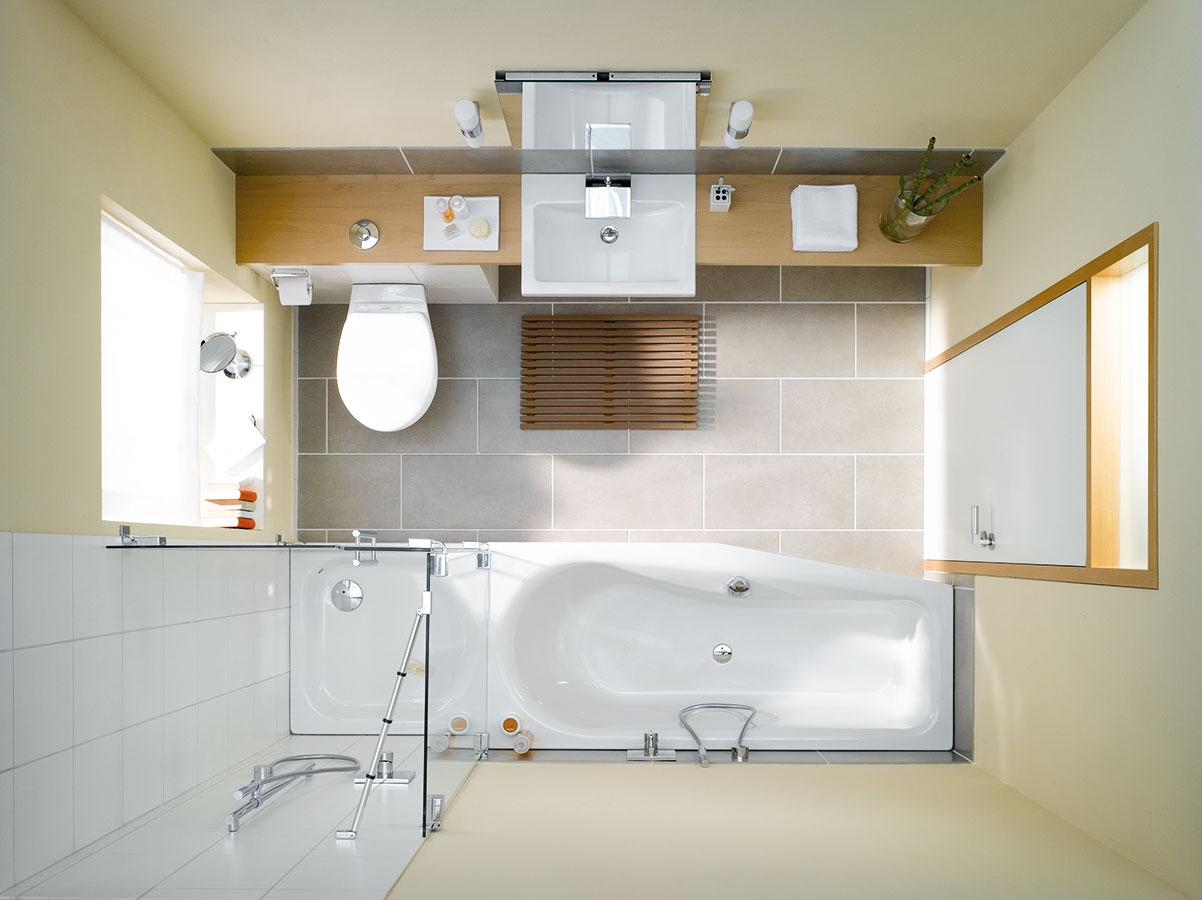 """Asymetrická smaltovaná vana Luna se sešikmeným """"ostrůvkem"""" (170 × 75, resp. 60 cm) je ideální model pro rohovou instalaci v prostorově úsporných koupelnách. FOTO BETTE"""
