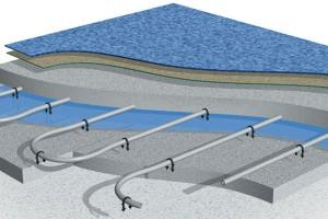 Otopný had teplovodního podlahového topení je položen na tepelně-akustické izolaci sochrannou fólií, anásledně je pak zalit betonovou směsí nebo anhydritovým potěrem. FOTO CEMEX
