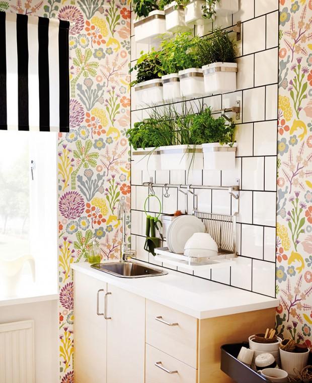 Při zařizování kuchyně zelení najdou uplatnění kromě užitku (ten je doménou bylinek, případně druhů, které čistí vzduch) idalší principy: rozmanitost, hravost, proměnlivost… Oty se postarají především kvetoucí rostliny. FOTO IKEA