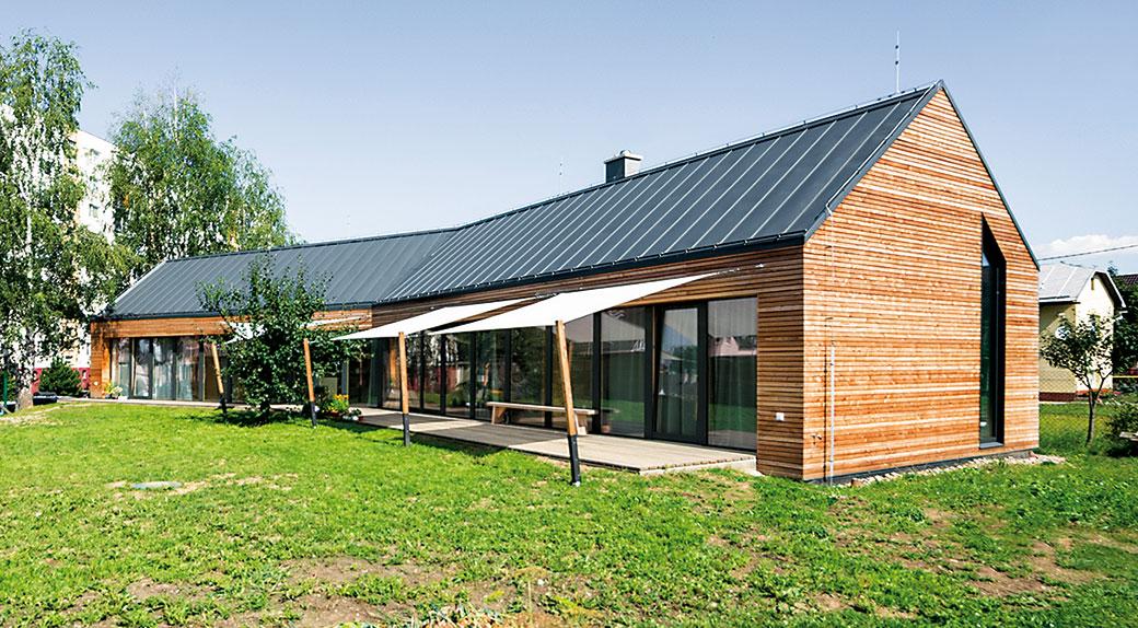 Panelákový byt vyměnili za netradičně koncipovanou dřevostavbu v zahradě rodičů