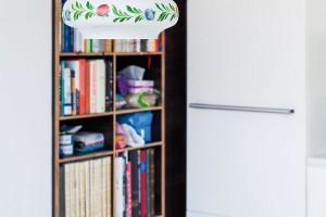 Kruhový jídelní stůl dekoruje malovaný lustr, který jednoduše řešený prostor zútulňuje. FOTO ALEKSANDRA VAJD