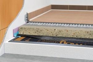 Celoplošné elektrické nízkoteplotní podlahové topení spoloakumulační anhydritovou vrstvou, která je na topnou fólii aplikována vtloušťce 40 mm azajišťuje kromě dostatečné akumulace také možnost rychlé regulace. FOTO CEMEX