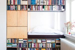Zasunuté dvoulůžko vytváří dojem samostatné místnosti. Okno vedle tento pocit ještě více umocňuje asoučasně nabízí výhled na celou Prahu. FOTO ALEKSANDRA VAJD