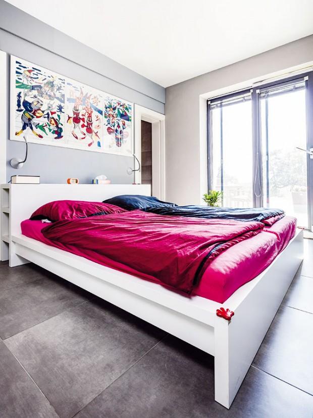 Ložnici rodičů oživují veselé barvy ve formě obrazů na stěně za postelí izvoleného povlečení. Zložnice lze stejně jako zotevřené denní části vyjít na terasu. FOTO WIENERBERGER