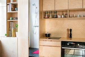 Na beton. Linoleum vkuchyni nahradila betonová podlaha, která příjemně doplnila pravdomluvnou kombinaci starých cihel apřekližky. Navíc je levnější aautentičtější než novodobé lité materiály. FOTO NORA AJAKUB