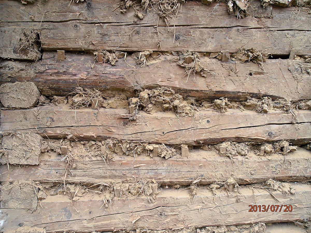 2. POD OMÍTKOU Takto omítali hliněnou omítkou naši předkové. Aby dobře držela na stěně, resp. aby se podklad nehýbal, vrážely se mezi trámy dřevěné klíny. FOTO Radovan Voľanský
