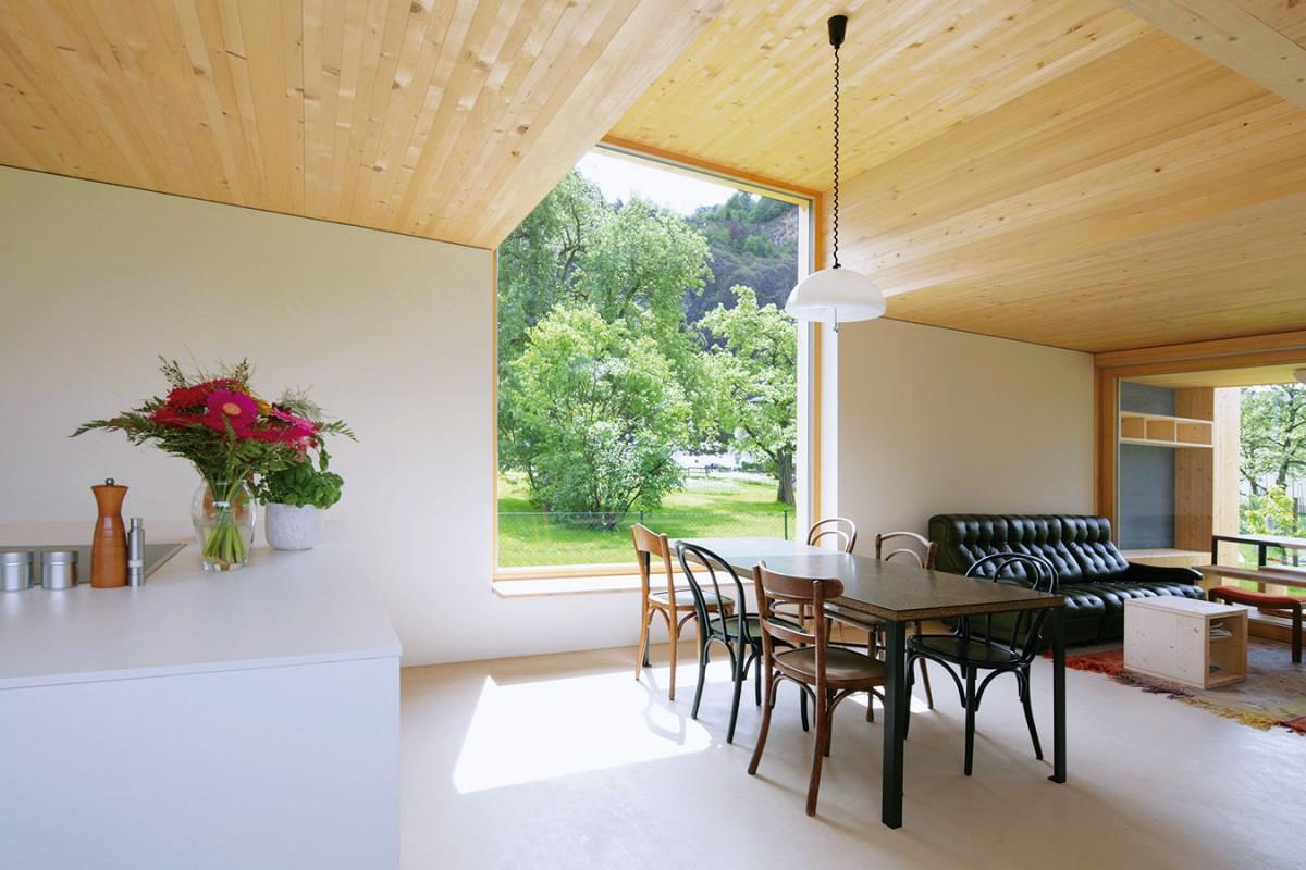Srdcem přízemí je otevřený obytný prostor, kde na sebe v prodlouženém půdorysu logicky navazují kuchyň, jídelna aobývací pokoj. Interiér celého domu se upřímně hlásí kdřevěné konstrukci – masivní dřevěné stropy jsou přiznány ve všech místnostech. FOTO JURI TROY