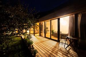 Terasa je kontinuálním pokračováním vnitřní podlahy do zahrady, zasklená stěna poskytuje maximální spojení svenkovním prostředím ipřirozené ohřívání interiéru. Vduchu přání majitelů se architekti snažili co nejvíc přiblížit pasivnímu standardu, ne však na úkor architektury. FOTO ERIKA BÁNYAYOVÁ AMARTIN BOLEŠ