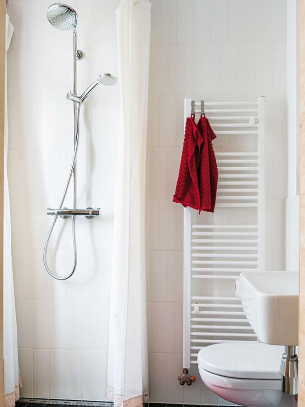 Dvě tváře jedné koupelny. Při sprchování je téměř celá místnost sprchovým koutem – když se odhrne závěs, je zase koupelnou. FOTO NORA AJAKUB