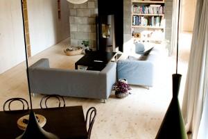Živým srdcem domu je velkorysý otevřený prostor vjeho středu, kde má logické místo kuchyň, obývací sezení ajídelní stůl. Krbová kamna jsou prakticky umístěna uzděného bloku, jehož součástí je ikomín. FOTO ERIKA BÁNYAYOVÁ AMARTIN BOLEŠ