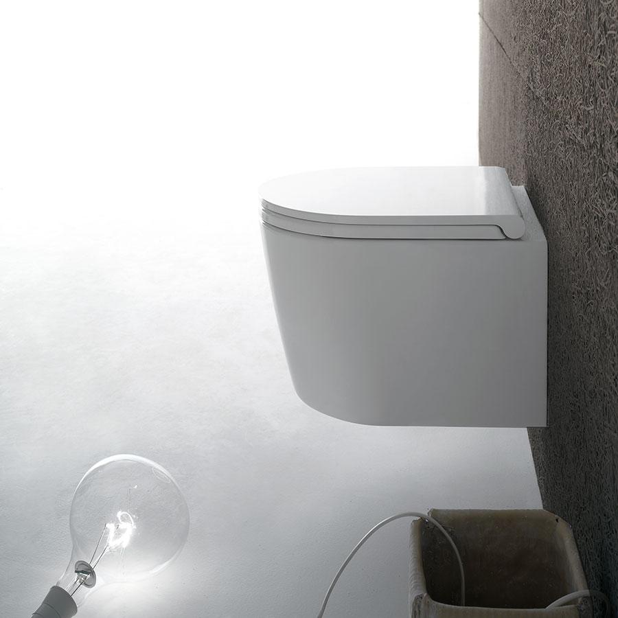 Závěsné WC Forty3 je díky svému kompaktnímu tvaru azmenšeným rozměrům (hloubka 430 mm) ideální i do velmi malých místností. Patentovaný systém skrytého upevnění dává naplno vyniknout čistým liniím. Prodává Perfecto design. FOTO CERAMICA GLOBO