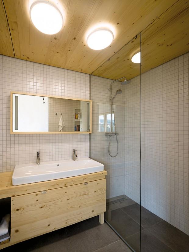 """Ve dvou betonových """"kostkách"""" našly své praktické místo praktické prostory: koupelny, sklad, technická místnost, část kuchyně či knihovna. FOTO ERIKA BÁNYAYOVÁ AMARTIN BOLEŠ"""