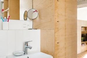 Vestavěný nábytek, kterým architekti nahradili příčku mezi kuchyní akoupelnou, poskytl na obou stranách množství cenných odkládacích ploch. FOTO NORA AJAKUB