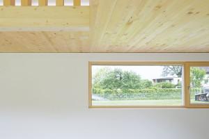 Krása jednoduchosti. Podlaha zbroušeného anhydridového potěru, bílé stěny astropy zolejovaného jedlového dřeva – střídmá kombinace materiálů vjejich přirozené barevnosti ave spojení s prostým, funkčním zařízením vyznívá neobyčejně působivě. FOTO JURI TROY