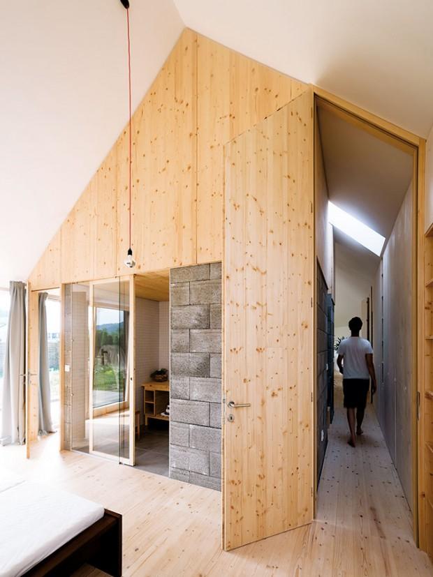 """Pohled zložnice rodičů. Koupelna v""""kostce"""" je přístupná přes skleněnou stěnu. FOTO ERIKA BÁNYAYOVÁ AMARTIN BOLEŠ"""