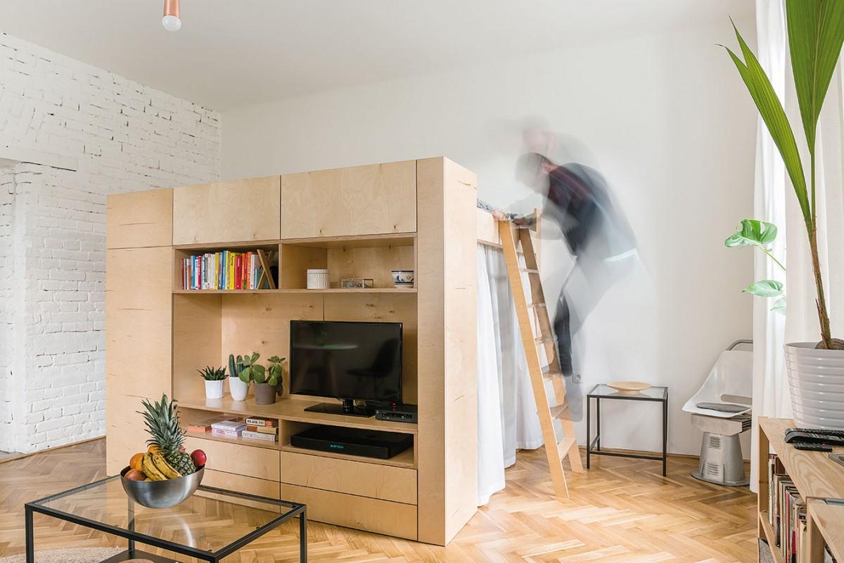 4 v1. Vestavěný kubus rozdělil velkou místnost tak, že každá ze čtyř funkcí – šatník, obývák, ložnice apracovna – získala vlastní, jasně definovaný prostor ipotřebné soukromí. FOTO NORA AJAKUB