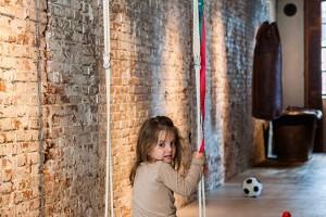 Designéři mysleli i na děti – v prostoru je několik součástí, které slouží k hraní (například houpačka na fotografii). Foto: Teo Krijgsman