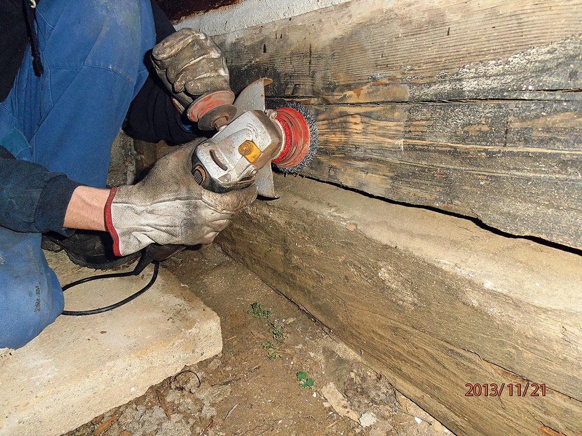 4. KARTÁČOVÁNÍ Zbytky hlíny aprachu můžeme nejpohodlněji odstranit úhlovou bruskou socelovým drátěným kotoučem. FOTO Radovan Voľanský