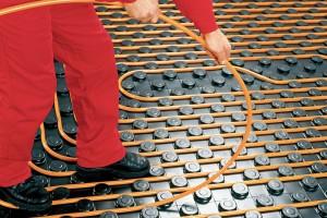 Instalace sálavého systému gabotherm pro teplovodní vytápění. Polybutenové trubky jsou pružnější aohebnější než ostatní materiály amají kyslíkovou bariéru. Výhodou je rychlá pokládka, dlouhá životnost, odolnost proti usazeninám. FOTO WOLF