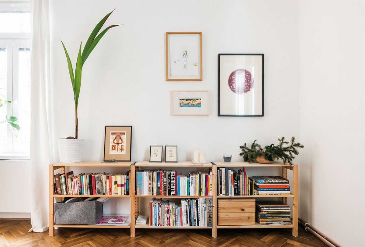 Jednoduchý afunkční nábytek je přesně to, co malé byty potřebují. Běžně dostupné skříňky přizpůsobili tak, aby měly ty správné proporce. FOTO NORA AJAKUB