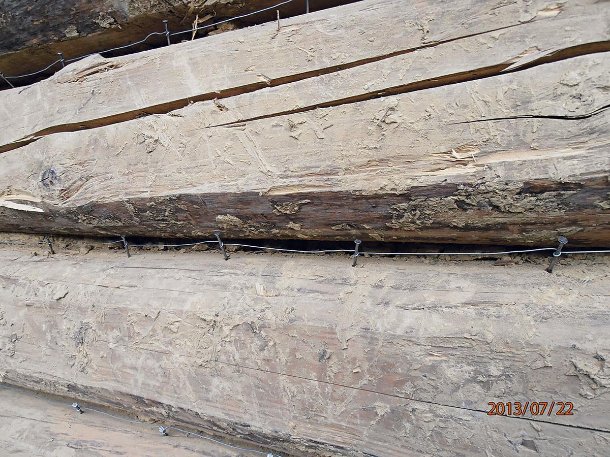 5. HŘEBÍKY SDRÁTEM Do trámů natlučeme hřebíky akolem nich omotáme drát, aby malta, kterou budeme nanášet později, lépe držela ve spárách. FOTO Radovan Voľanský