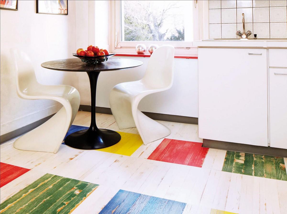 """Paleta pod nohama. Pokud zvolíte bílý základ interiéru (stěny, nábytek), můžete si dovolit trochu """"divočiny"""" na podlaze. Výrazné barvy prostor oživí, patina dodá interiéru šmrnc. Dřevěné krytiny značky Bauwerk z kolekce Unopark Vintage prodává KPP. FOTO KPP"""