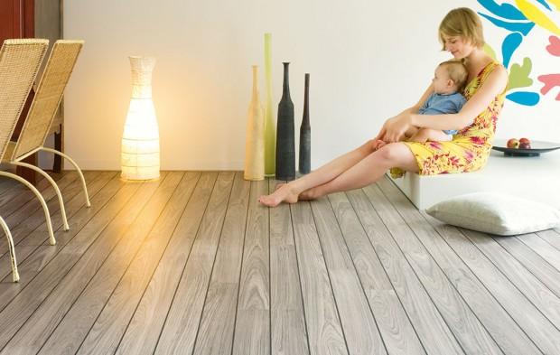 Plovoucí podlahy nabízejí množství různých dezénů spřirozeným vzhledem povrchové struktury. Škála dřev od tmavého po světlé, od dubu po výjimečné tropické dřeviny, ale idlažby apodobně. FOTO QUICK STEP