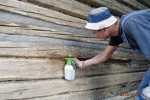 6. IMPREGNACE Před nanesením malty povrch spár nastříkáme bezbarvým prostředkem proti škůdcům anecháme vyschnout. FOTO Radovan Voľanský
