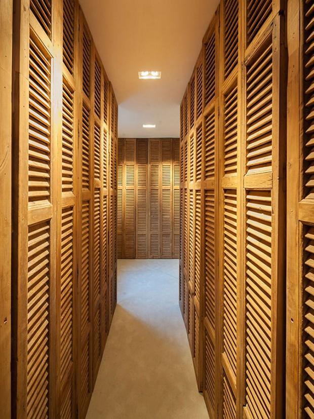 Další úložné prostory se nacházejí v rozměrných skříních, které vás přivedou k posteli v ložnici. Foto: Teo Krijgsman