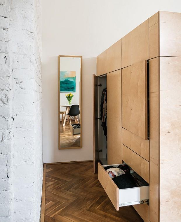 """Aby úchytky nerozbíjely celistvou plochu nábytku, zvolili architekti otevírání """"push-to-open"""" nebo pomocí nenápadně skryté prohlubně vhraně dvířek. FOTO NORA AJAKUB"""