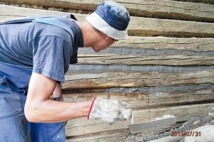 7. MALTOVÁNÍ Spáry vyplníme bohatší maltou, kterou získáme smícháním hrubého písku, většího množství cementu (2,5 lopaty písku na 1 lopatu cementu), Duvilaxu, vody. FOTO Radovan Voľanský