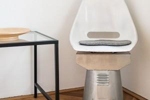 Vmalé pracovně uokna, která se brzy změní vdětský pokojík, zbylo místo ina Michalův vlastní design – remake tramvajového sedadla. FOTO NORA AJAKUB