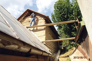 8. NAD STŘECHOU Nejdříve je nutné poskládat lešení. Spáry vyplníme maltou. Celý postup smaltou se zopakuje ive vyšších polohách nad úrovní sousední střechy. FOTO Radovan Voľanský