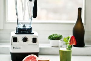Vitamix TNC 5200 je multifunkční mixér, který dokážemixovat, míchat, sekat, ale také vyrábět sorbety, ovocné dezerty, koktejly, zmrzliny,pomazánky, omáčky apod. Disponuje nádobou oobjemu 2 l alze vní zpracovávat pokrmy studené iteplé. Od 16990 Kč