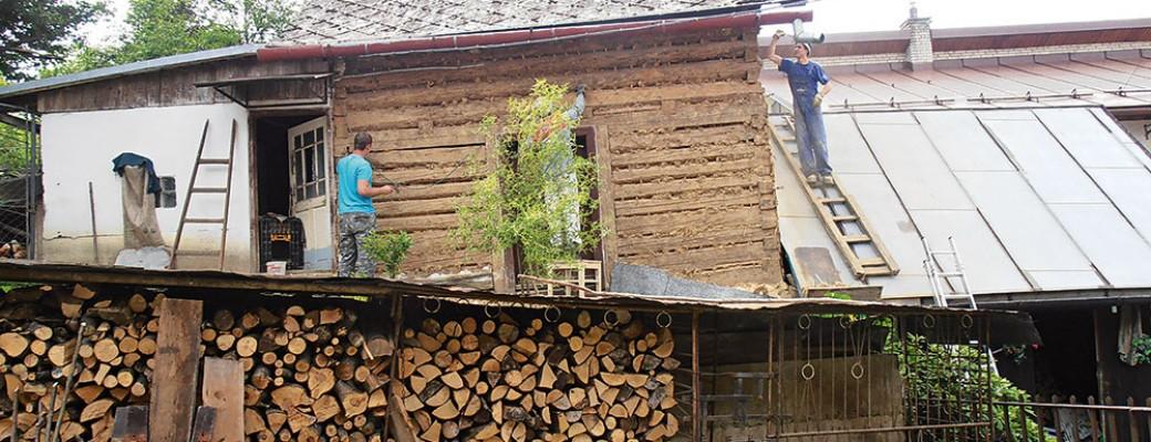 Obnova staré dřevěnice – ze sýpky odstranili hliněnou omítku, aby získala nový vzhled