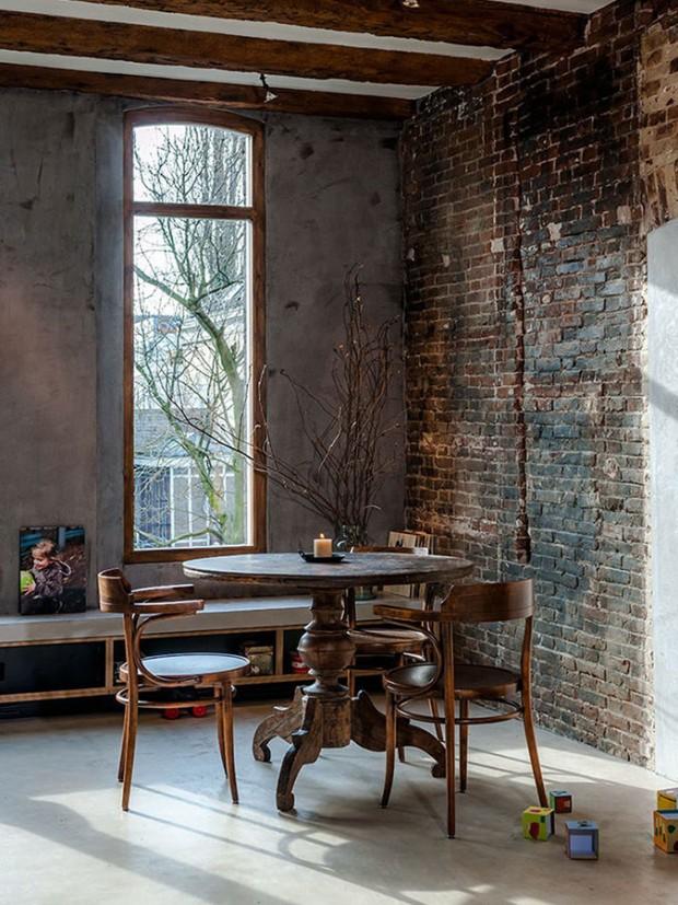 Originální dřevo bylo zachováno i v podobě masivních trámů, na kterých se čas podepsal, ale díky jejich kvalitě jsou stále plnohodnotnými stavebními a nyní i designovými prvky prostoru. Foto: Teo Krijgsman