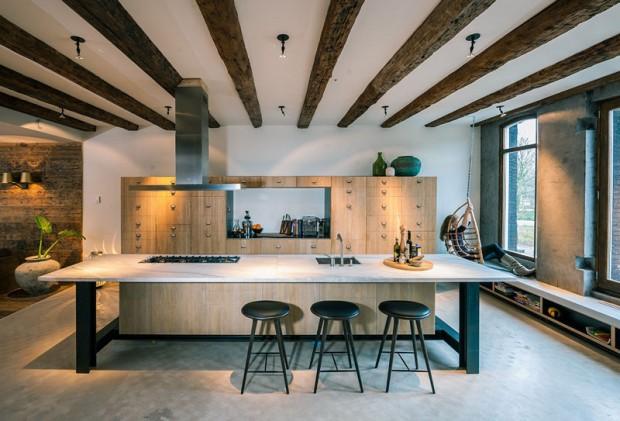 Designérům se perfektně podařilo spojit tradiční a novotvar – je to vidět například i v kuchyni, která výborně zapadá do prostoru a vnáší do něj čerstvý závan. Foto: Teo Krijgsman