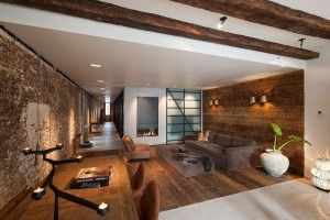 Dřevěné obložení definující obývací část prostřednictvím pokryté stěny a podlahy, je zhotoveno ze 150letých podlahových desek z německých borovic, které se původně nacházely pod podlahou kanceláří. Foto: Teo Krijgsman