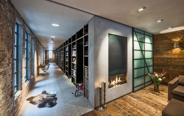 Na chodbě se nachází 16 metrů dlouhá knihovna, která ukrývá vchody do jednotlivých pokojů. Foto: Teo Krijgsman