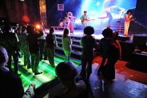 Téměř tisíc hostů se po ukončení ceremoniálu a doprovodných vystoupení roztančilo u podia