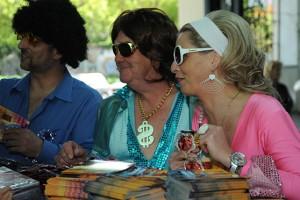 Většina hostů dorazila oblečena v disco stylu 70. let minulého století