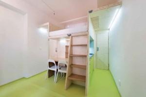Dřevo akaučuk. Na dřevěných konstrukčních panelech nechali architekti vyznít jejich přirozený povrch avzhled. Dřevo doplnili plochami obloženými přírodním kaučukem. Tuto praktickou, trvanlivou aodolnou podlahovinu (Nora) použili ina kuchyňských dvířkách.