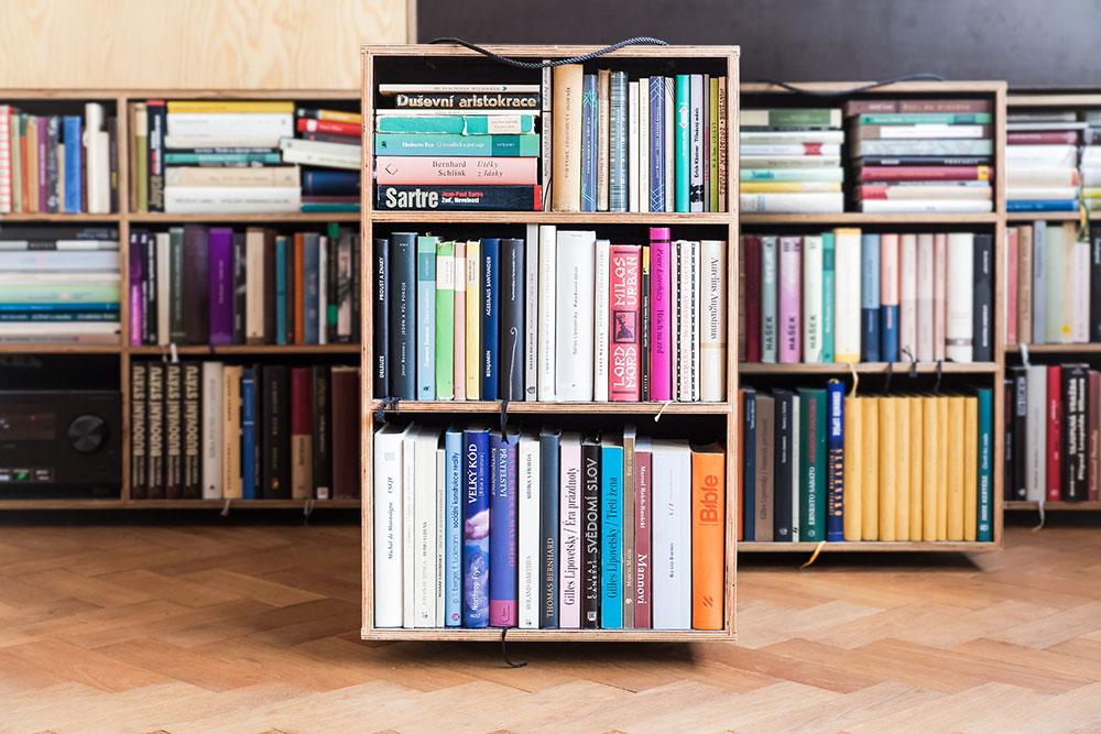 Nápaditý pražský byt ukazuje, jak se dá plnohodnotně bydlet na malé ploše s množstvím knih