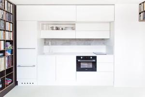 Pracovní deska vkuchyni (stejně jako asymetrické umyvadlo vkoupelně) je vyrobena zumělého kamene Corianu. FOTO ALEKSANDRA VAJD