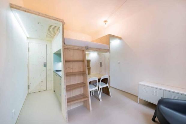 Světlá výška místnosti je 3,1 m, což je oněco víc, než vběžném paneláku. Šikovným dispozičním ivýškovým členěním vznikly dostatečně vysoké chodby aprostor na spaní svýškou 1,4 m. Pod deskou smatrací zůstává pořád 1,6 m, ale jen tam, kde je to opravdu nutné.