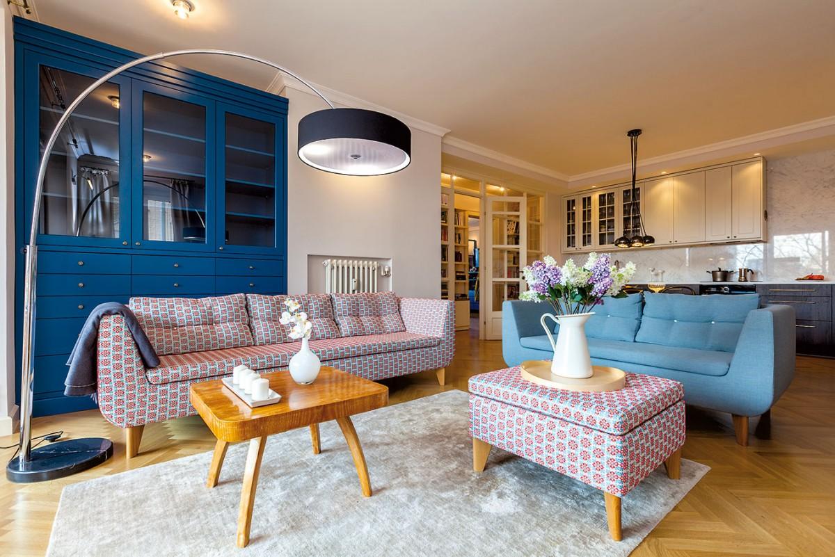 Kuchyň jako pozadí obývacího pokoje pomocí designu vhodně zapadne do interiéru. Pomyslnou hranici mezi těmito prostory tvoří sedačka otočená zády ke kuchyni. FOTO DANO VESELSKÝ