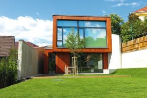 Dům vúžině je pozoruhodným příkladem ekologické dřevostavby, vníž architekti uplatnili více inovativních řešení. Nevšední stavba zaujala ipozornost odborníků vporotách několika prestižních soutěží. Foto Filip Šlapal