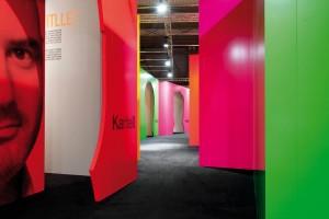 """Velké firmy staví na velkých jménech. Instalace designového """"velmistra průhlednosti"""", italské společnosti Kartell, pojala celou expozici jako galerii """"svých"""" autorů. Jeden velkorysý pavilon vydá za menší muzeum moderního designu. FOTO KARTELL"""